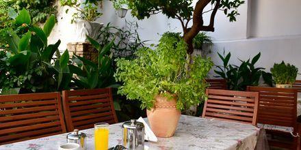 Frukostservering på hotell Evripili på Samos i Grekland.