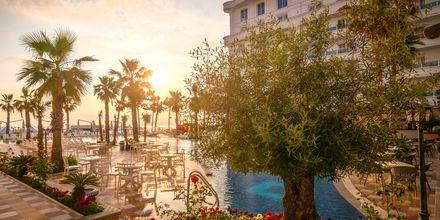 Pool på hotell Fafa Grand Blue i Durres Riviera i Albanien.