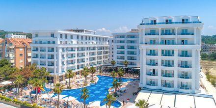 Poolområdet på hotell Fafa Grand Blue i Durres Riviera i Albanien.