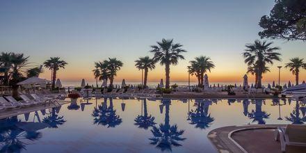 Poolområdet på hotell Fafa Premium vid Durres riviera i Albanien.