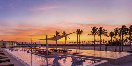Poolen i solnedgång på Fanar Hotel & Residences i Salalah, Oman.