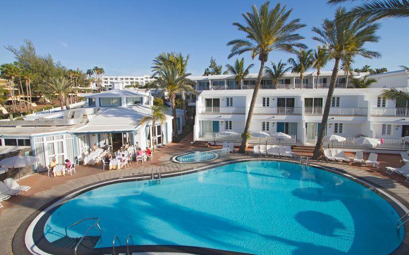 Poolområdet på Fariones Apartamentos i Puerto del Carmen, Lanzarote.