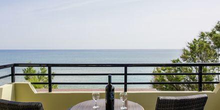 Trerumslägenhet med havsutsikt på hotell Faros i Kato Stalos, Kreta.