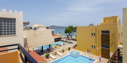 Enrumslägenhet med poolutsikt på hotell Faros i Kato Stalos, Kreta.