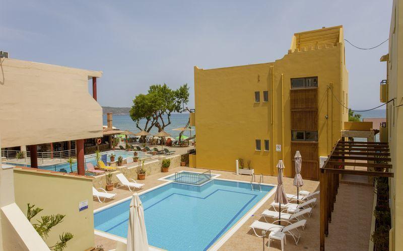 Pool på hotell Faros i Kato Stalos, Kreta.