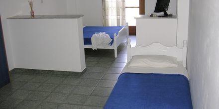 Enrumslägenhet på hotell Finikas i Kamari, på Santorini, Grekland.