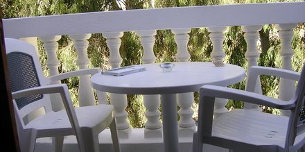 Balkong i enrumslägenhet på hotell Finikas i Kamari, på Santorini, Grekland.