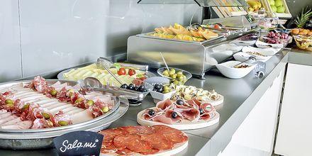 Frukostbuffé på hotell Flora i Tucepi, Kroatien.