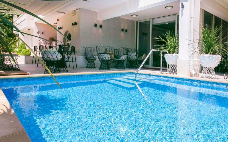 Poolen på hotell Flora i Tucepi, Kroatien.