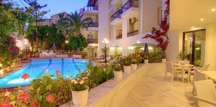 Poolen på hotell Fortezza i Rethymnon på Kreta, Grekland.