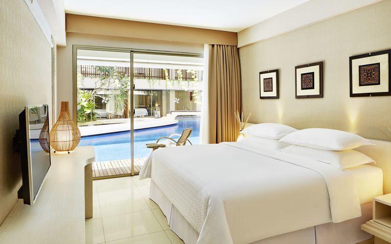 Dubbelrum med delad pool på hotel Four Points By Sheraton Bali Kuta på Bali, Indonesien.