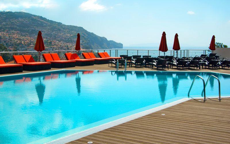 Poolområdet på hotell Four Views Baia i Funchal på Madeira, Portugal.