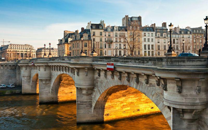 Den legendariska bron Pont Neuf i Paris