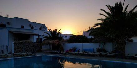 Poolen på hotell Gardenia vid solnedgången.
