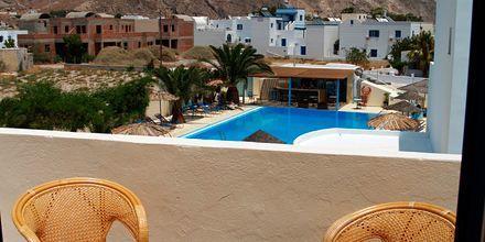 Balkongvy från hotell Gardenia på Santorini, Grekland.