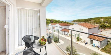 Utsikt från en tvårumssvit på Gava Waterman Resort Milna på Brac, Kroatien.