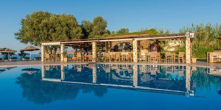 Poolbar på hotell Geraniotis Beach i Platanias på  Kreta.