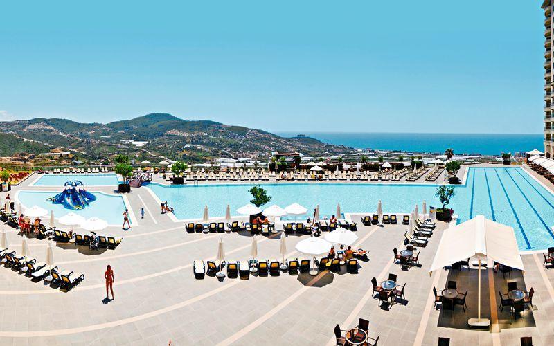 Poolområde med olympisk pool på hotell Goldcity Holiday Resort i Alanya, Turkiet.