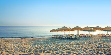 Hotellstrand vid hotell Golden Beach i Hersonissos på Kreta, Grekland.