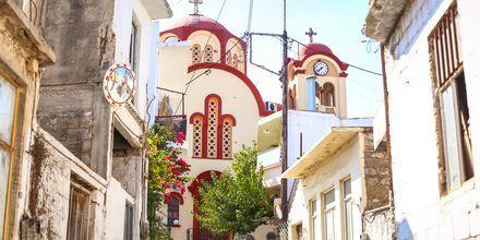 Vackra byggnader och smala gränder i Gouves, Kreta.