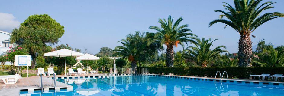 Poolområdet på hotell Govino Bay i Gouvia på Korfu, Grekland.