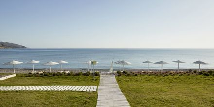 Stranden vid hotell Grand Bay Beach Resort på Kreta, Grekland.