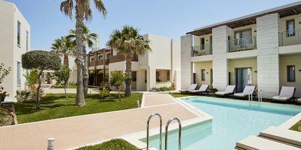 Dubbelrum med delad pool på hotell Grand Bay Beach Resort på Kreta, Grekland.