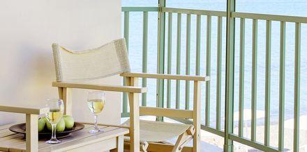Dubbelrum med balkong & havsutsikt på hotell Grand Bay Beach Resort på Kreta, Grekland.