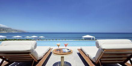 Juniorsvit med delad pool på hotell Grand Bay Beach Resort på Kreta, Grekland.