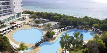 Poolområdet på hotell Grecian Bay, Cypern.