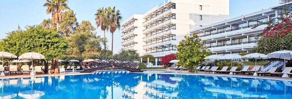 Poolområde på hotell Grecian Bay, Cypern.