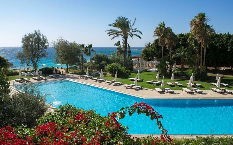 Poolområde på Grecian Sands, Cypern.