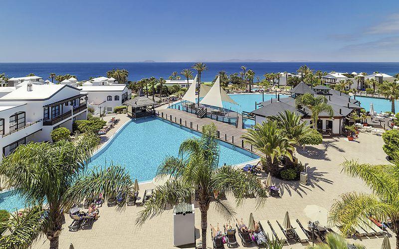 Poolområdet på hotell H10 Rubicón Palace i Playa Blanca på Lanzarote.