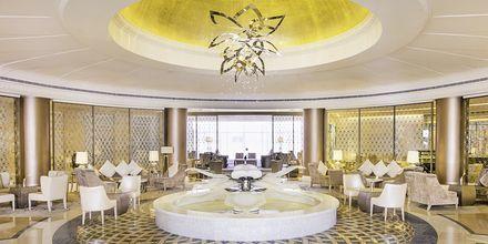 Lobbyn på hotell Habtoor Grand Resort, Autograph Collection i Dubai.