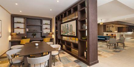 Lobby på Hampton by Hilton Dubai al Barsha i Dubai, Förenade Arabemiraten.