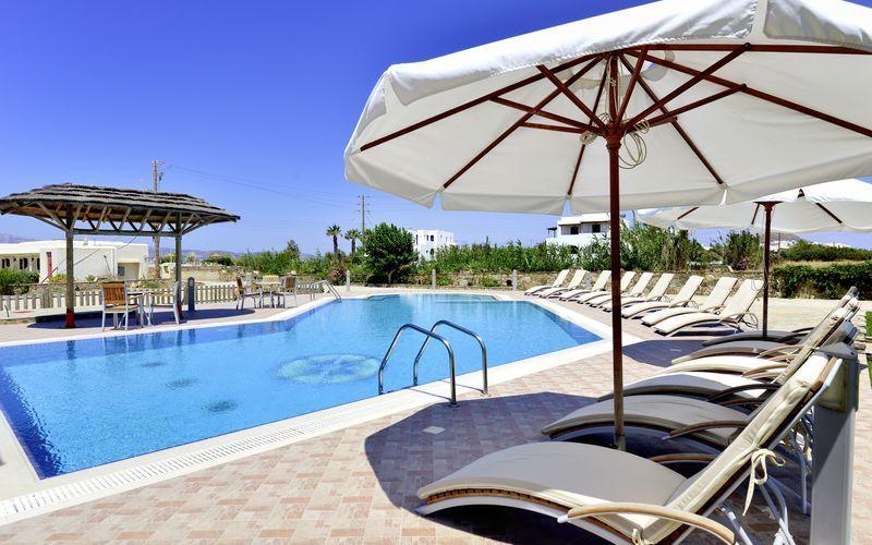 Poolområde på hotell Harmony på Naxos, Grekland.