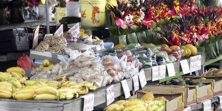 Frukt och blommor till salu på Big Island.