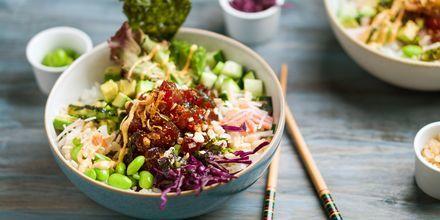 Pokebowl med färsk fisk och grönsaker.