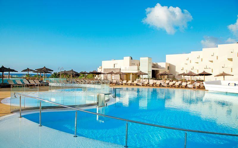 Poolområde på HD Beach Resort i Costa Teguise, Lanzarote.