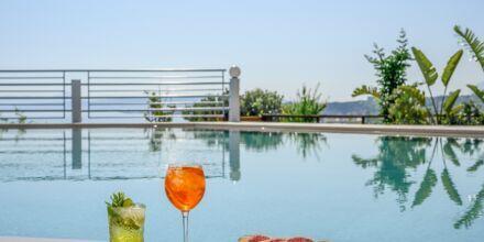 Njut av en god drink vid poolen på hotell Hermes i Kato Stalos på Kreta, Grekland.