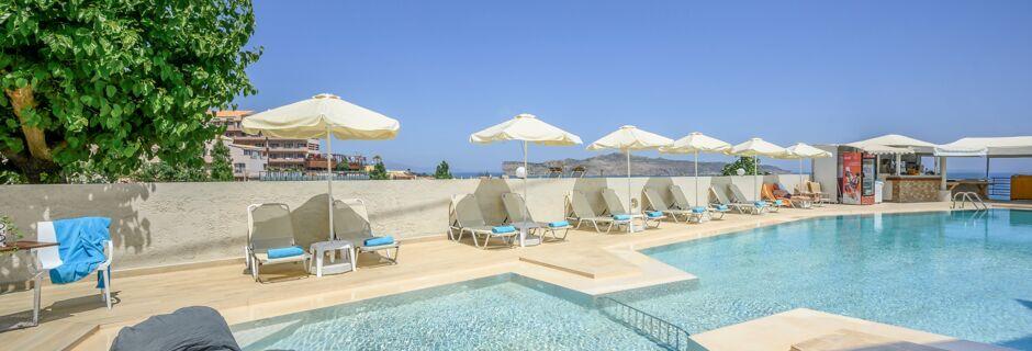 Poolområde på hotell Hermes i Kato Stalos på Kreta, Grekland.