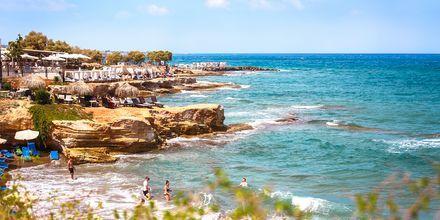 Stranden och klipporna i Hersonissos på Kreta.