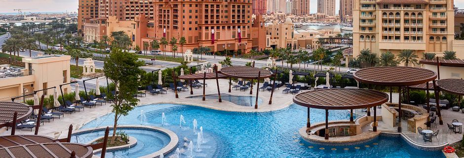 Poolområde på Hilton Doha The Pearl Residences i Doha, Qatar.