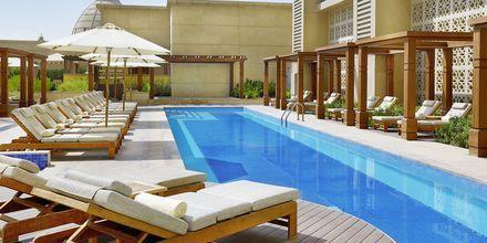 Poolområde på Hilton Dubai al Habtoor City i Dubai.