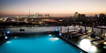 Poolområde på hotell Hilton Dubai Creek i Dubai, Förenade Arabemiraten.