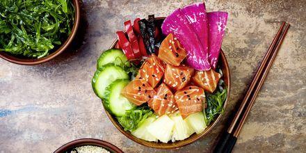En vanlig måltid i Honolulu är en så kallad poké bowl. Här är en med tång, vattenmelon, rädisor, gurka, ananas och lax.