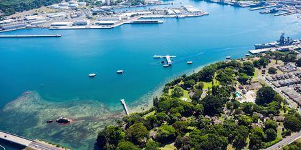 En känd sevärdhet i Honolulu är minnesmonumentet Pearl Harbor.