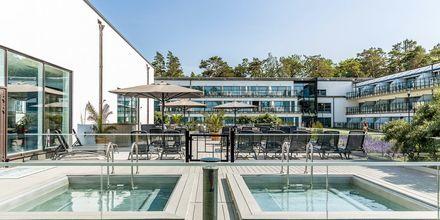 Vid poolhuset finns två varma pooler.