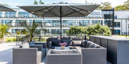 Terrassen vid poolhuset på hotell Riviera Strand.