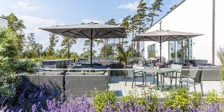Terrassen utanför poolhuset på hotell Riviera Strand i Båstad.